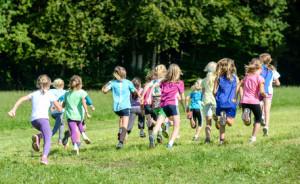 Gruppe laufender Mdchen